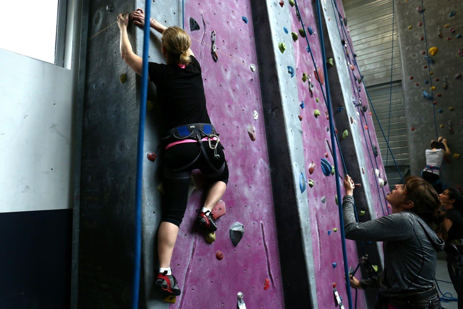 Chaque séance d'escalade est assurée par un moniteur diplômé et qualifié en escalade quelque soit votre niveau pour démarrer l'activité dans les meilleures conditions possibles.