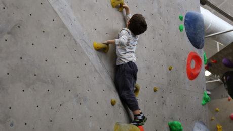 Cours d'escalade en période de vacances scolaires pour les enfants.